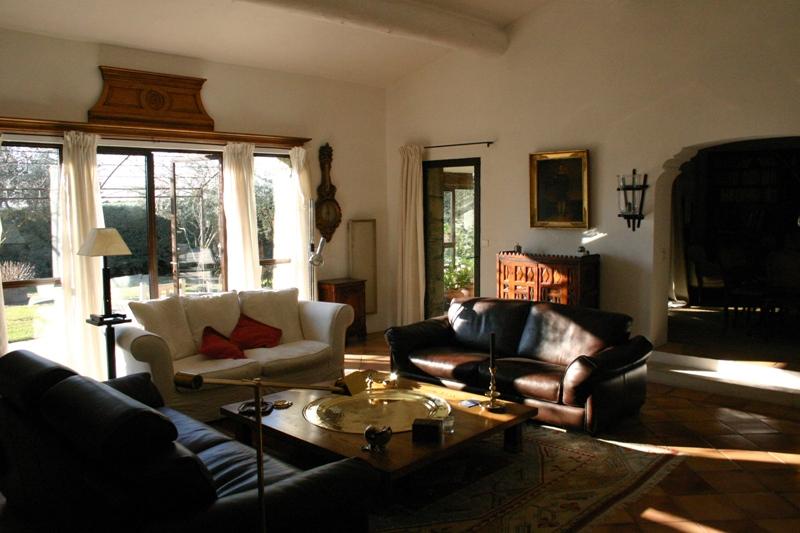 Proche Gordes, maison de plain pied avec piscine et jardin attenant en bordure d'un hameau.