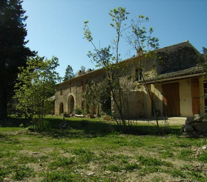 Drôme Provençale, ancienne ferme entièrement rénovée en bordure d'un agréable cours d'eau