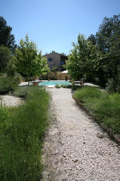 Luberon, maison proche d'un très agréable village perché avec école et commerces.