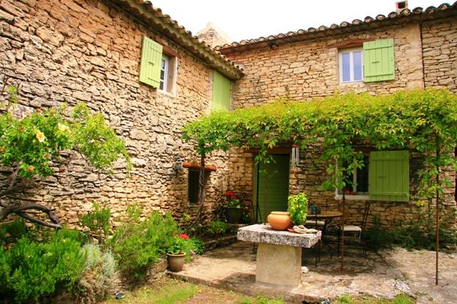 Proche village, mazet 1800 en pierres apparentes et vue sur la vallée.