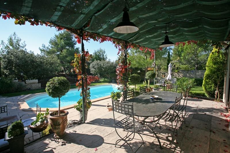 Proche Gordes et Luberon, maison avec piscine