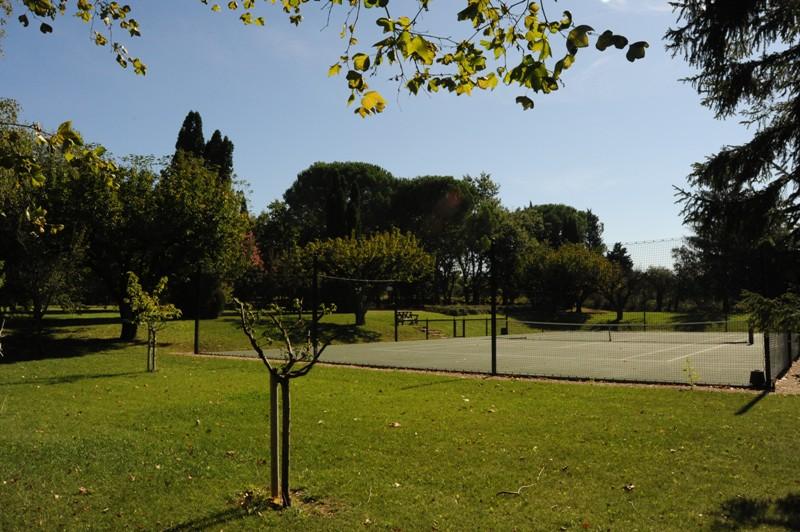 Propriété verdoyante au coeur de la vallée du Luberon avec tennis et piscine