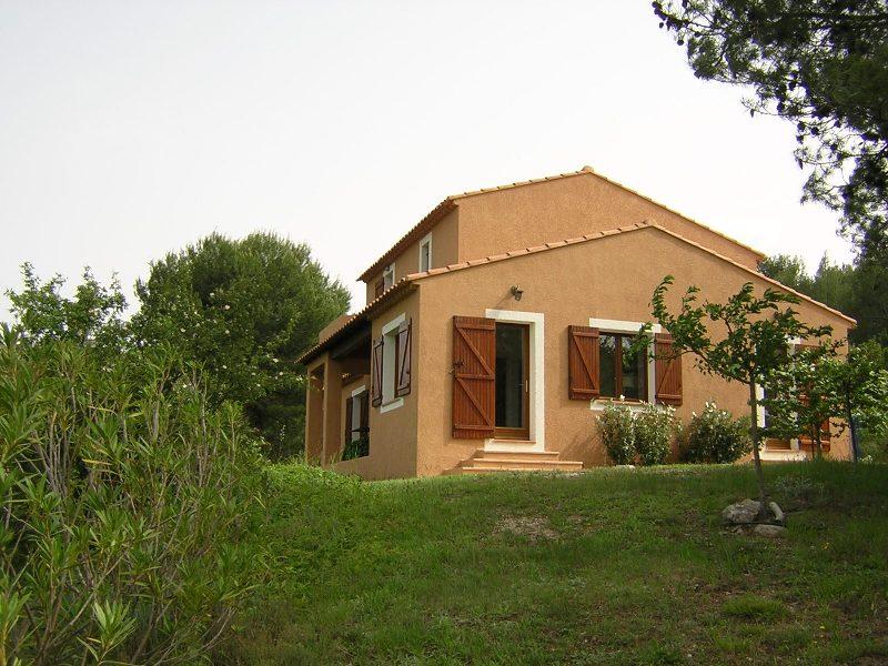 Dans le Luberon, belle villa en position dominante avec piscine sur plus d'un hectare.