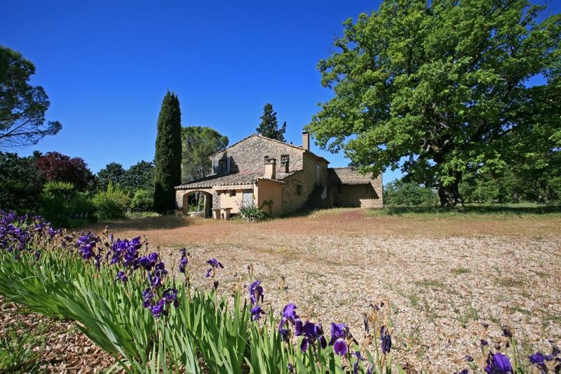 Gordes, au pied du village, ancienne magnanerie restaurée et agrandie sur un hectare et demi.