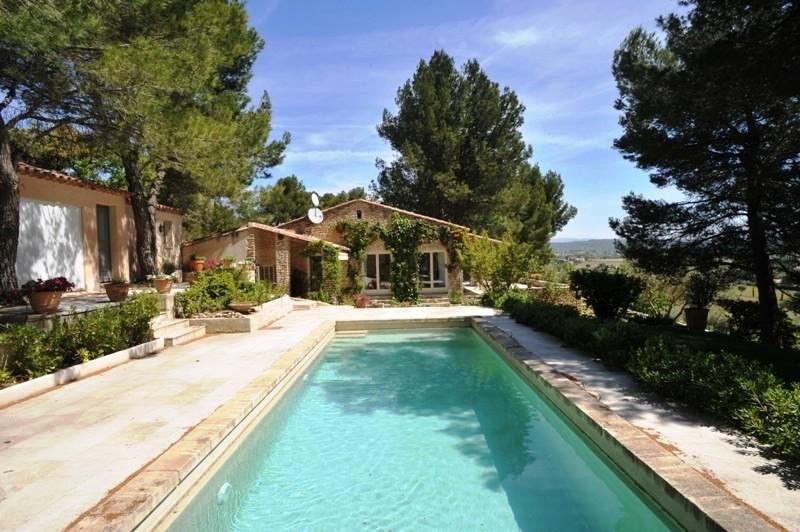 Face au Luberon, agréable villa en pierres avec piscine et dépendances, vue époustouflante