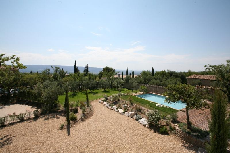 Proche d'un village perché du Luberon, maison en pierre avec piscine et vue.