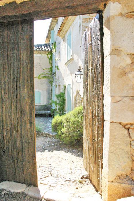 Au coeur de la garrigue et au sommet d'une petite colline, ancien relais de poste en Luberon