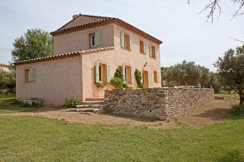 Luberon, petite Bastide neuve à l'orèe d'un village
