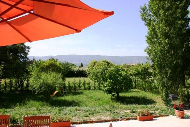 A proximité de Gordes, en Luberon, à vendre, grande villa en pierres, avec jardin paysager et piscine
