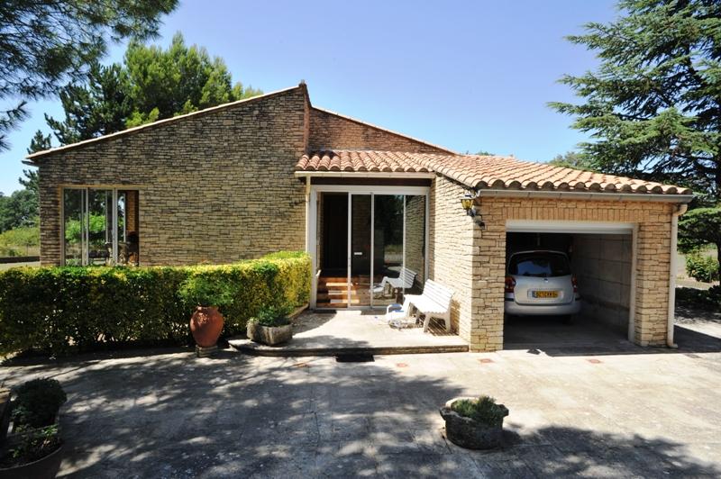 Villa de plain pied sur terrain clos de 5010 m² avec vue sur le Lubéron et les Monts de Vaucluse