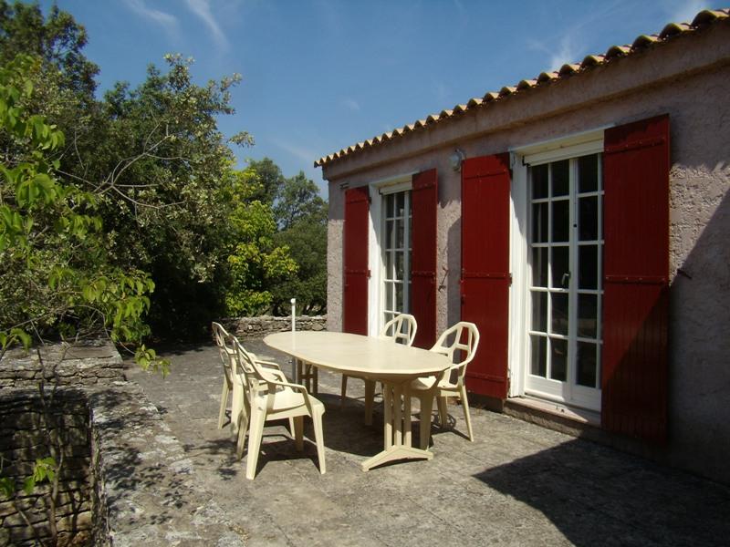 Maison, proche Gordes, plain pied sur terrain de 3808 m² avec piscine