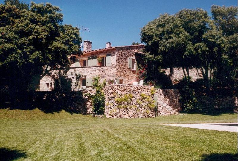Gordes, belle maison en pierre avec dépendances et piscine