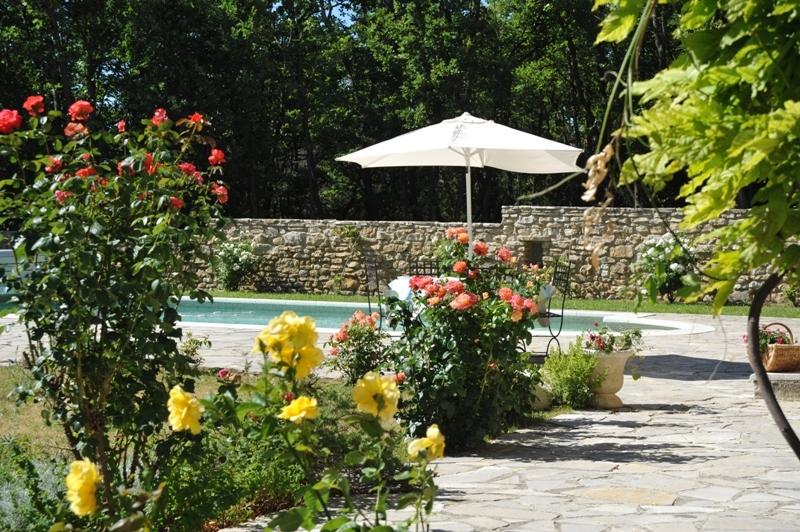 Luberon, maison en pierres avec piscine.