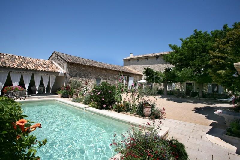 Mas restauré proche de Gordes avec piscine et vue sur le Luberon.