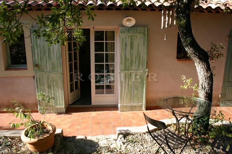 Proche des Monts du Vaucluse,  à vendre, maison rénovée et agrandie sur base d'une bâtisse du XVIème siècle,  parc de 3900 m² , piscine, possibilité de chambres d'hôtes ou gîtes
