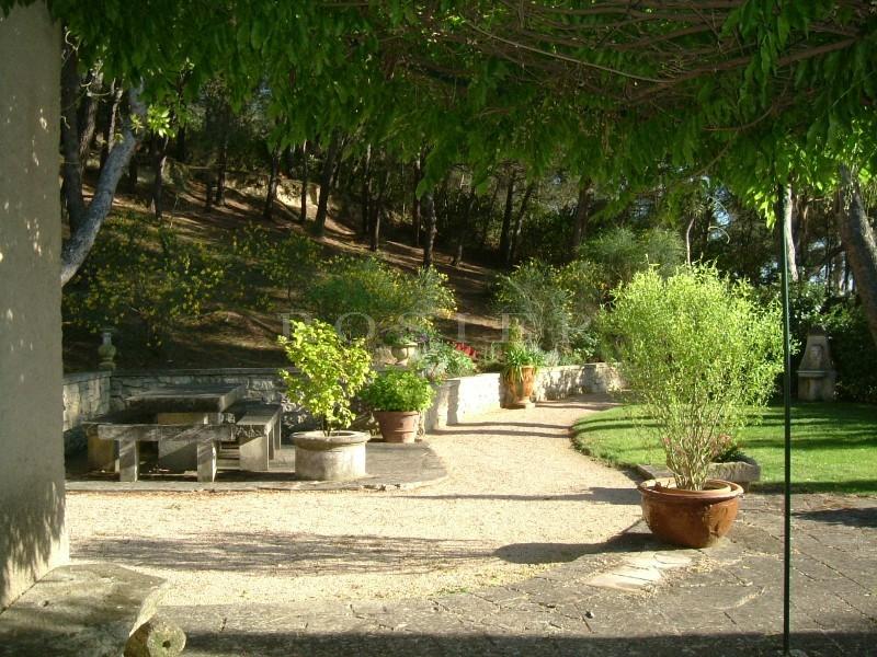 Maison en pierre proche de Carpentras au coeur d'un parc et avec une superbe vue.