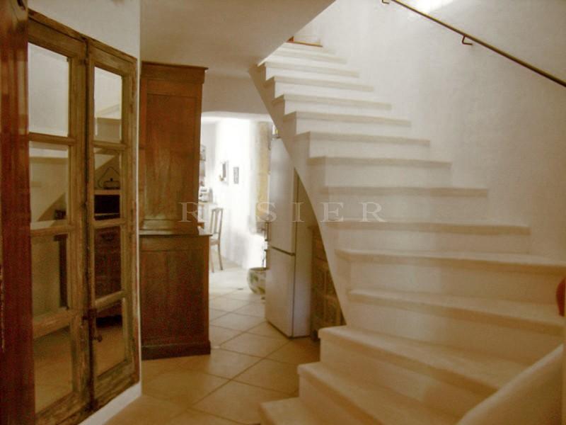 Provence, Gordes,  à vendre,  maison de hameau provençal, entièrement restaurée,  avec dépendances et terrain clos de murs en pierres.
