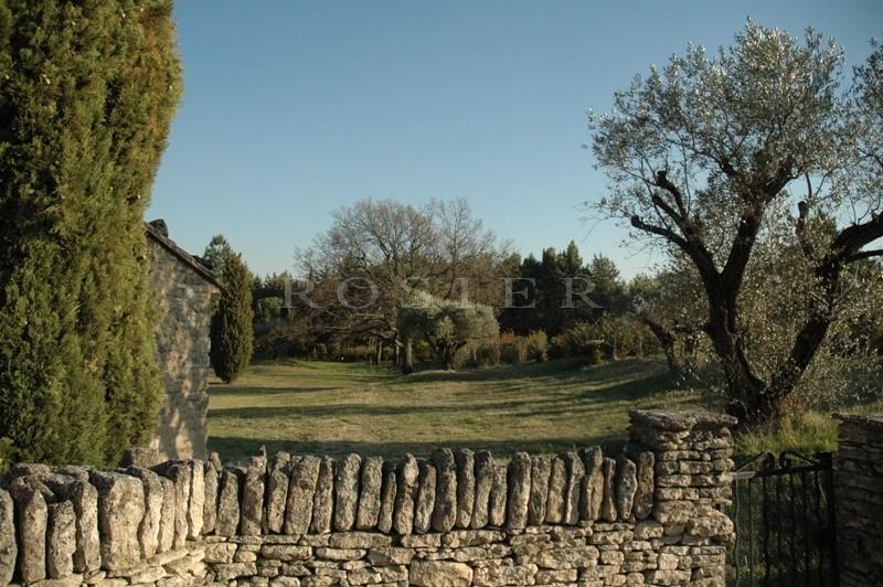 Maison en pierre à Gordes sur un terrain arboré de presque un hectare