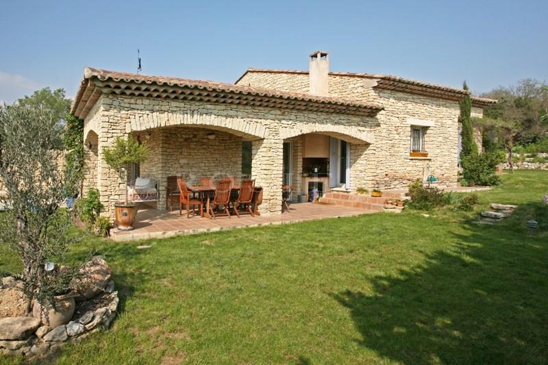 Maison en pierre proche de Gordes avec piscine et vue sur le Luberon.