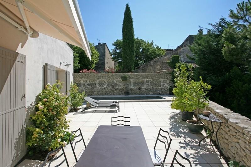 Maison de village aux volumes modernes en Luberon  avec terrain et piscine