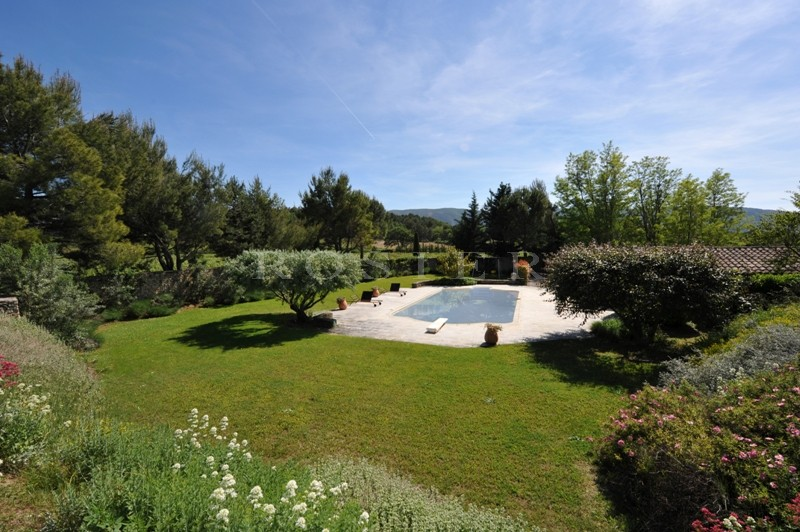 Mas Rénové  à vendre en Luberon   sur plus de 3 hectares avec tennis et piscine.
