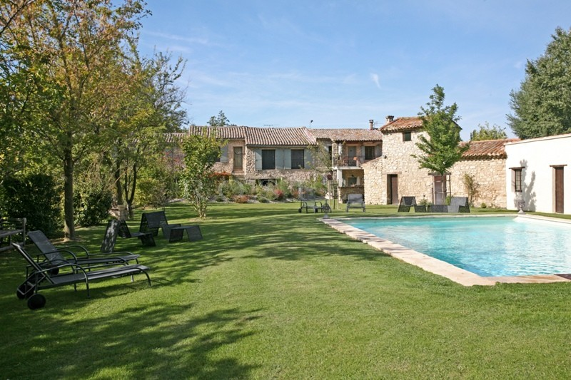 A vendre en Pays des Sorgues,  superbe domaine, en pierres, comprenant  une maison principale, plusieurs gîtes, 2 piscines. Beaucoup de possiblités.