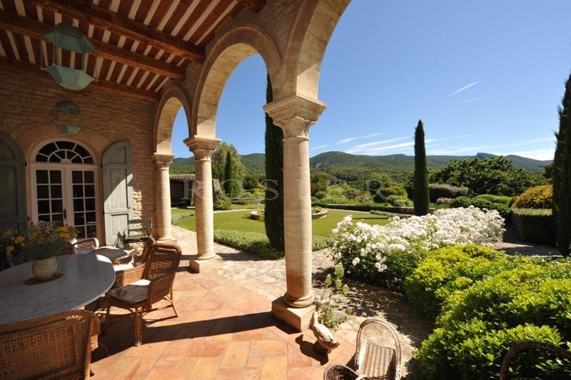A vendre par ROSIER,  superbe propriété sur domaine de 35 hectares avec maison d'amis, maison de gardiens,  piscine chauffée, pool house, tennis