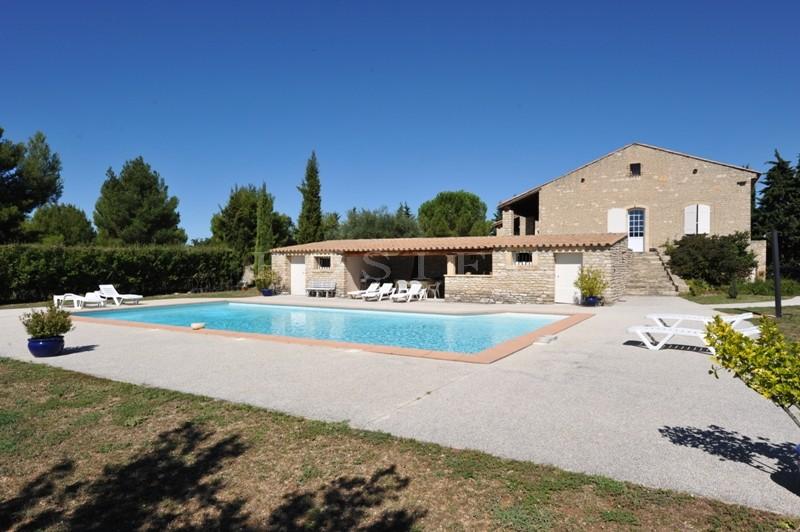 Maison en pierres avec piscine à quelques minutes des villages classés du Luberon