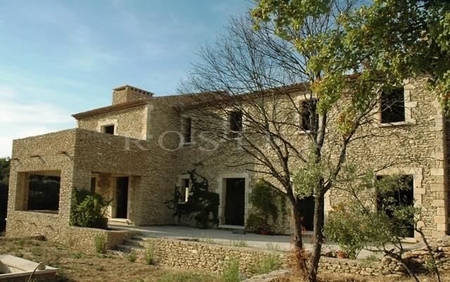 Maison avec piscine en Luberon sur un terrain d'un hectare complanté d'oliviers et cerisiers