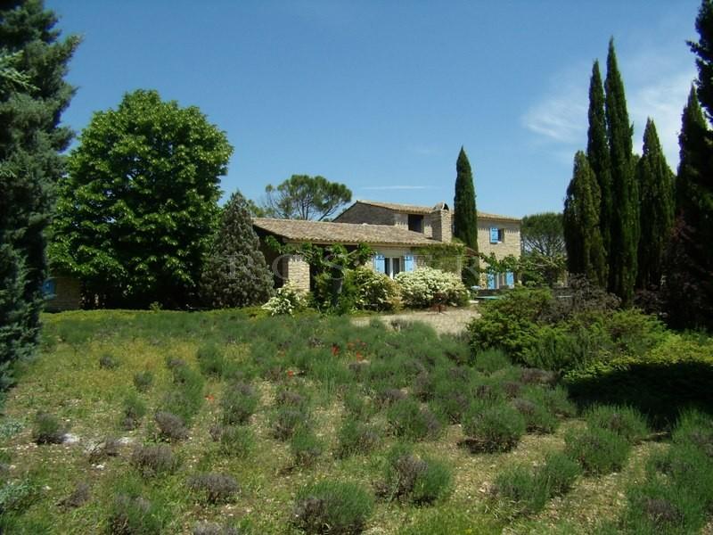 Maison en pierres sèches proche de Gordes avec piscine.