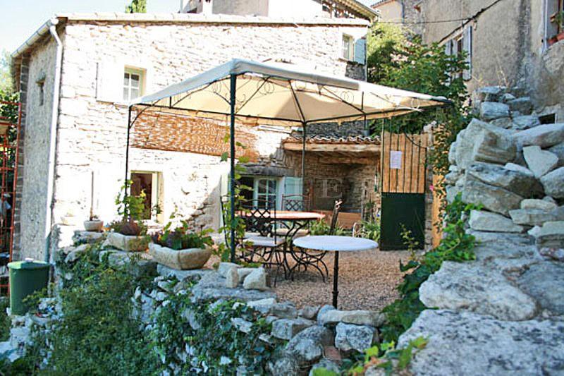 Charmante maison dans un village du Luberon avec terrain clos et vues sur le Luberon et la vallée.