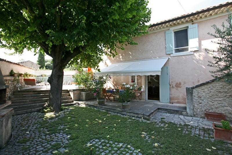 Luberon, belle maison restaurée de 1870 avec cour fermée et piscine