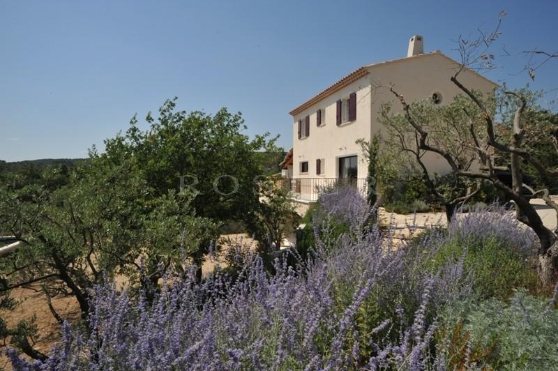Luberon,  villa sur les hauteurs proche village