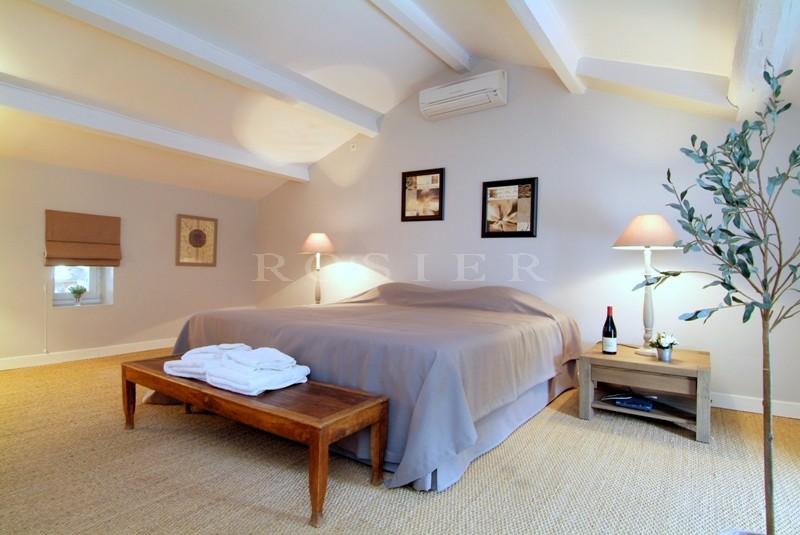 En Provence,  en Pays des Sorgues, à vendre, propriété du XVIIIème siècle, comprenant un château provençal et d'anciens corps de ferme restaurés  dans parc de 2,5 hectares et  2 piscines chauffées
