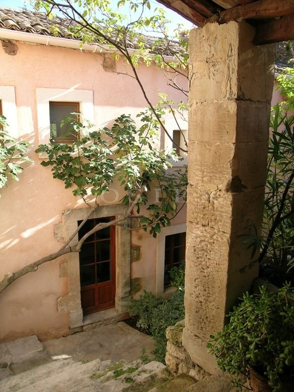 En vente en Luberon,  ancienne magnanerie du XVIIIème siècle convertie en belle maison de hameau,  avec une cour intérieure arborée et une piscine.  Beaucoup de charme
