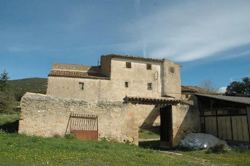 Bastide à rénover  en Luberon  sur 26 hectares de terres, vignes et bois.