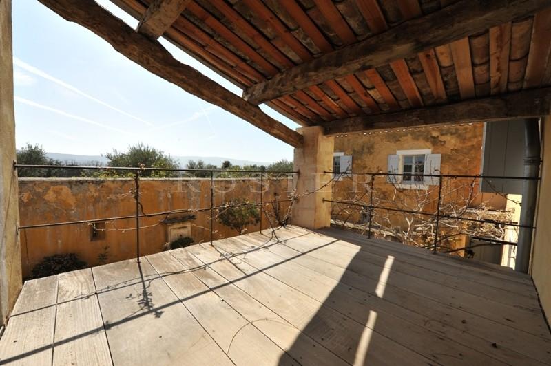 Ancienne bastide en Luberon avec cour fermée