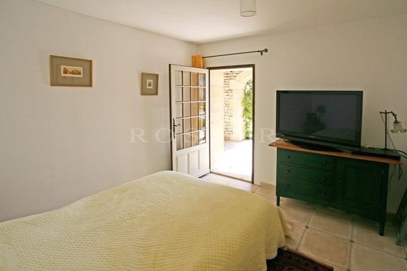 En Provence,  à vendre, maison en pierres avec piscine, à proximité du beau village médiéval de Gordes et du Luberon.
