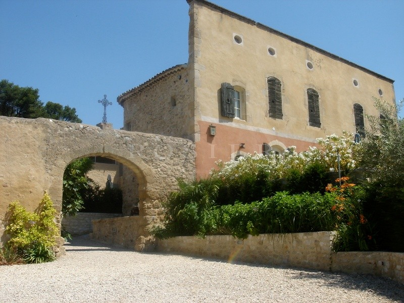 Entre Luberon et massif des Alpilles,  à vendre, château provençal avec dépendances, sur plusieurs hectares de terres vallonnées,  avec piscine