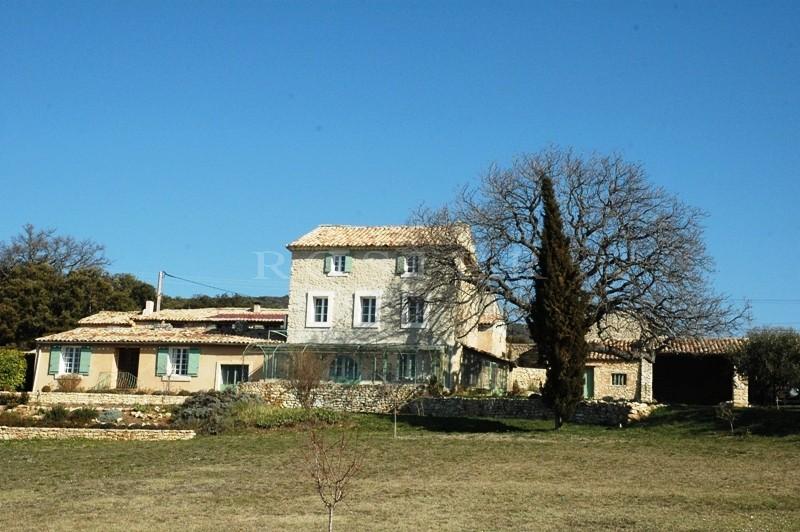 Bastide rénovée  face au Luberon, sur 26 000 m²
