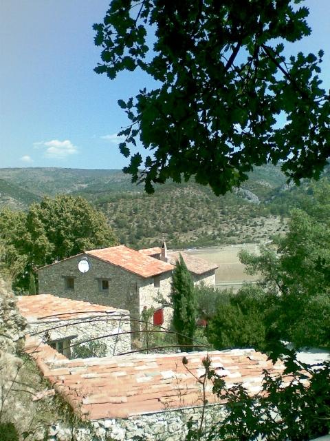 Ensemble de plusieurs maisons formant un hameau à proximité du Mont Ventoux sur 14 hectares.