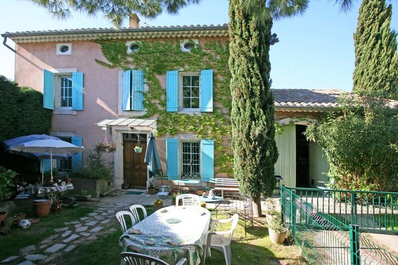 Luberon, à vendre,  bastide ancienne et rénovée, avec jardin et piscine,  dans un village animé
