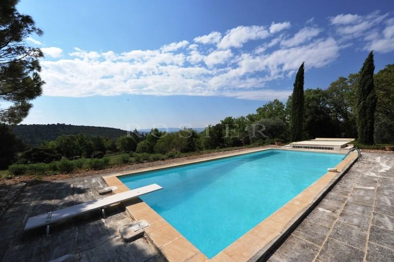 En Provence, face au Luberon,  proche de Gordes, à vendre,  maison de plain pied avec un grand jardin et une piscine