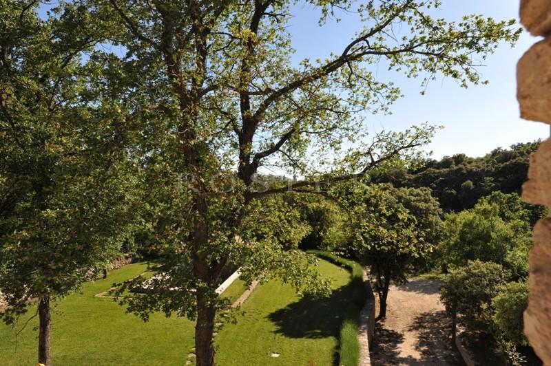 Construction neuve en pierres sèches lovée dans un vallon proche de Gordes et du Luberon