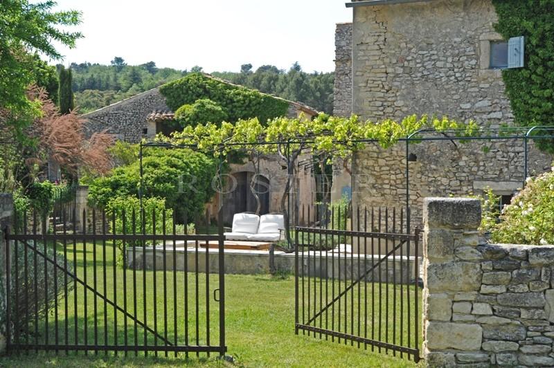 Authentique Hameau privé  en pierres sur 5 hectares proche de Bonnieux