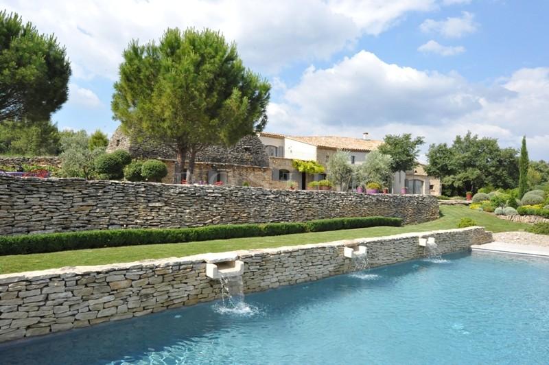 Superbe propriété d'agrément proche d'un village sur environ 2 hectares avec vue sur le Luberon