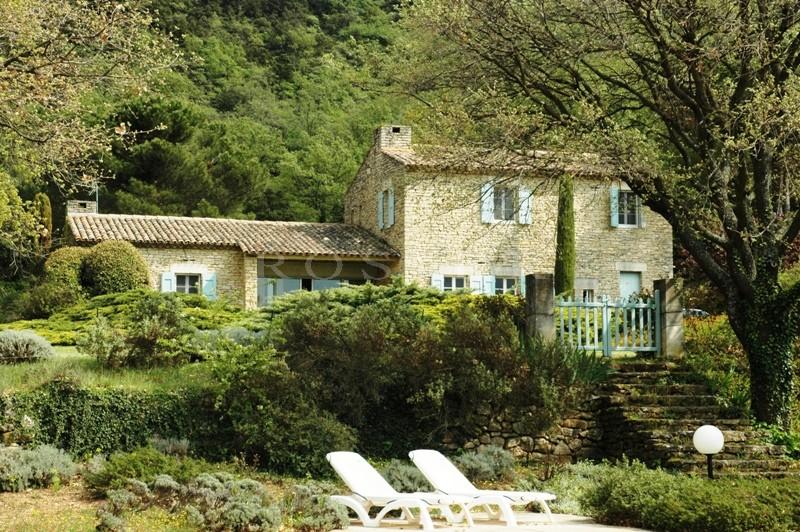 Belle maison en pierres avec vue dominante proche Luberon