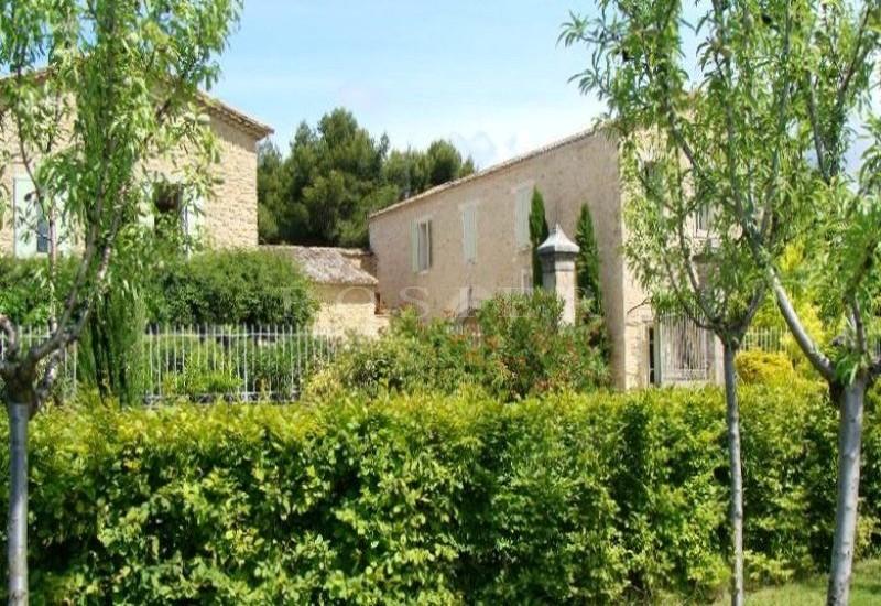 En Provence,  à vendre,   ancien domaine viticole devenu un lieu d'accueil avec plusieurs chambres d'hôtes et un centre de bien être.