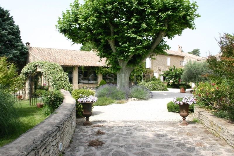 Proche Alpilles, à vendre, superbe mas rénové avec de beaux matériaux anciens, dans un jardin de 7000 m² environ,  avec piscine.
