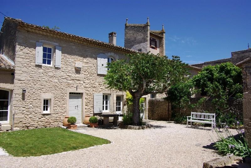 Mas XVIIIe rénové  au coeur de la vallée du Luberon,  avec piscine et gites
